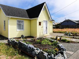 Bright and cozy dog-friendly cottage, close to activities!, Coos Bay