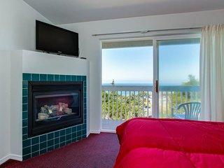 Pet-friendly oceanview studio close to beach access, Lincoln City