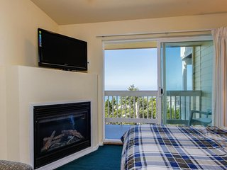 Dog-friendly suite with ocean views, a balcony & nearby beach access!, Lincoln City