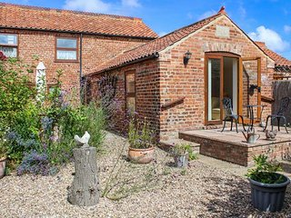 CLAIRE'S COTTAGE, pet-friendly, private patio with furniture and BBQ, rural countryside location, Louth, Ref 22388
