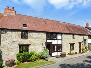 WEST END BARN, barn conversion, with WiFi and open fire, pet-friendly, Evesham,
