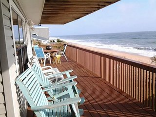 Spacious dog-friendly home with balcony and grill right on the beach!