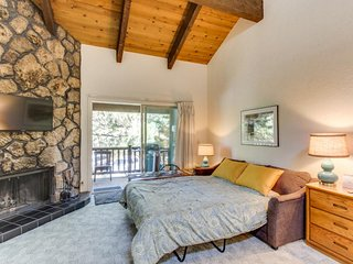 Dog-friendly studio near Mt. Bachelor w/SHARC passes! Only 5 minutes to river!, Sunriver