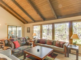 Lovely home w/ private hot tub & SHARC passes - great location!, Sunriver