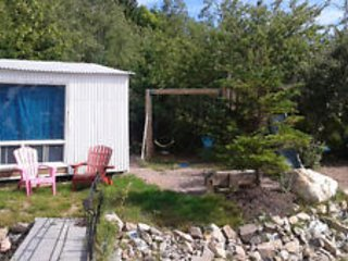Cozy 8 by12 foot cottage. Access to home amenities