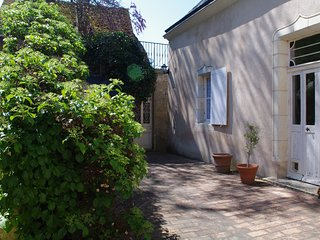 Very nice house for 6 to 8 people in Lavardin , classified village, overlooking the castle, Montoire-sur-le-Loir