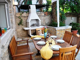 In the heart of quaint Old Town Supetar, Delightful Courtyard, 100m to the Beach