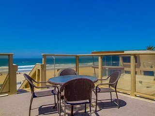Cute 2nd floor apartment - private balcony and rooftop deck, near beach