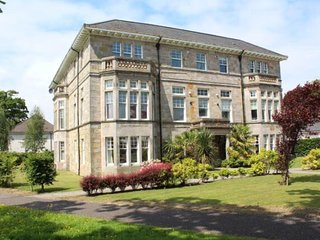 luxury apartment ground floor  close to Loch Lomond & Glasgow. Golf tennis & pub