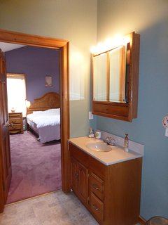 Full bathroom between master bedroom and Loft.