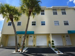 Intracoastal Townhouse with pool, garage & Intracoastal view., Indian Shores