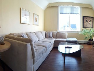 Upper Suite in house, walk to Downtown! 1bed + Den, Victoria