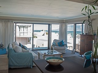 3 Palms Beach Villa with stunning Table Mountain and Robben Island views