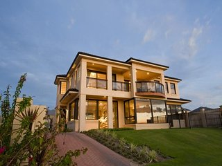 Le Chateau d'Ocean - ABSOLUTE BEACHFRONT with pool, Quinns Rocks