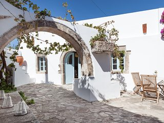 Magical centuries-old house 3 bedrooms - sleeps 6, Mylopotamos