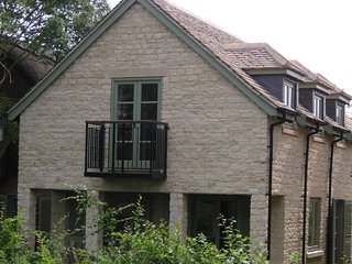 Pet friendly cotswold stone cottage with pool, Somerford Keynes