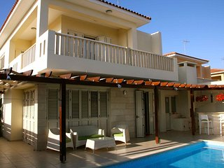 Seafront 3-bedroom villa with private pool, Oroklini