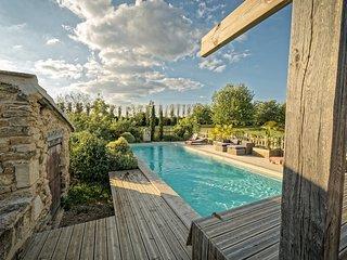 Maison en pierre independante, piscine chauffee