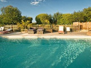 Aile d'un ancien chateau, piscine chauffee
