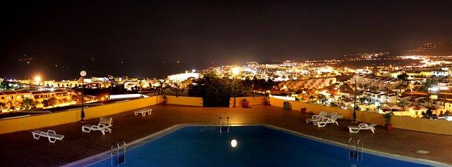 Vue sur la ville depuis la terrasse par nuit