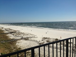 Beach Condo, Great Views & Walking Distance to All, Gulf Shores