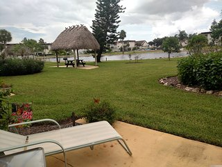 Lovely 2BR/2Bath condo on lake by Marco & Naples!, Nápoles