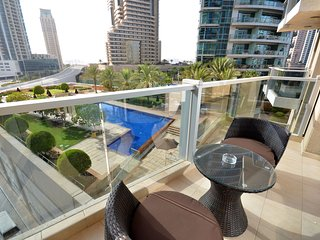 Pool front 1br apt on the marina, Dubai