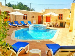 4 Bedroom Villa with Pool & Jacuzzi, Qrendi