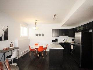 Elegant Suite near Airport 2Bd 1Br- Parking, Wifi,, Saskatoon