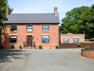 TY NEWYDD, detached, private indoor pool, games room, extensive gardens, woodburner, WiFi, nr Llangadfan, Ref 930466