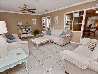 Gulfport Getaway, 2 Bedroom, Gulf View, Dog Friendly, Sleeps 4