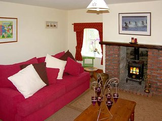 NORTH FIELD FARMHOUSE, pet-friendly, character holiday cottage, with a garden in Glanton, near Alnwick, Ref 943635