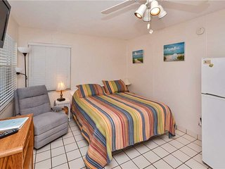 Sea Rocket 10, Studio, Ground Floor, BBQ Area, WiFi, Sleeps 3, North Redington Beach