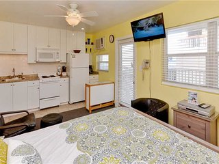 Sea Rocket 26, Studio, Second Floor, BBQ Area, WiFi, Sleeps 4, North Redington Beach