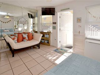 Sea Rocket 4, Studio, Ground Floor, BBQ Area, WiFi, Sleeps 3, North Redington Beach