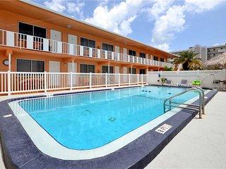 Tropic Breezes 18, 1 Bedroom, Pool View, BBQ Area, WiFi, Sleeps 4, Madeira Beach