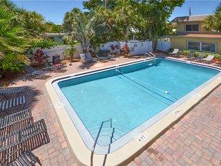 Waves 16, 1 Bedroom, Pool View, Heated Pool, BBQ, WiFi, Sleeps 4, Saint Pete Beach
