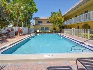 Waves 4, 1 Bedroom, Pool View, Heated Pool, BBQ, WiFi, Sleeps 4, Saint Pete Beach