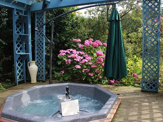 Beautiful 2 bedroom cottage in attractive gardens with hot tub - Free Wifi.