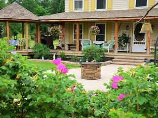 *Adirondack Mtn view* Unique, Exquisite Farmhouse, Keeseville