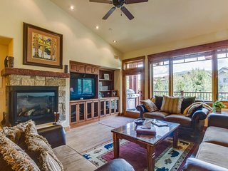 Spacious mountain condo w/shared pools, hot tubs, etc. - walk to the slopes!, Steamboat Springs