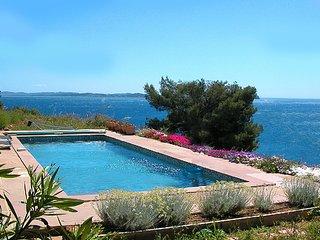 La Cote d'Azur en pleine nature, face a la mer, piscine, calme, un site rare !