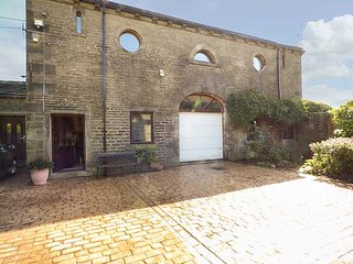 THE LOFT, romantic studio barn conversion, with Jacuzzi bath, WiFi and patio, Hebden Bridge, Ref 940766