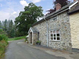 PREACHER'S COTTAGE, covered hot tub, pet-friendly, lawned garden and patio, in