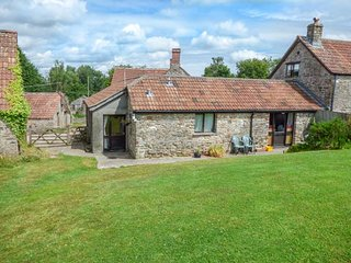 THE OLD PARLOUR barn conversion, working dairy farm, WiFi, country walks, Winfor