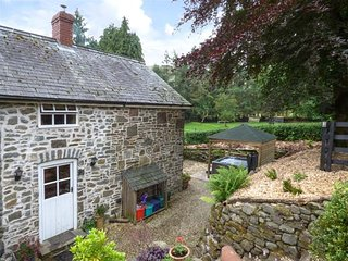 PREACHER'S COTTAGE, covered hot tub, pet-friendly, lawned garden and patio, in L