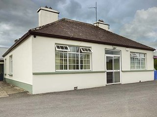 TEACH HANLEY, detached, two open fires, pet-friendly, enclosed courtyard, Ballina, Ref 933894