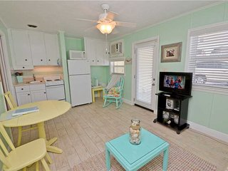 Sea Rocket 14, Studio, Ground Floor, BBQ Area, WiFi, Sleeps 2, North Redington Beach