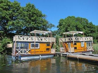 Ferienfloss Wesenberg - das schwimmende Bootshaus