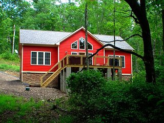 BRAND NEW CABIN WITH BUBBLING HOT TUB, WIFI & NEAR BOONE! NEW YEARS AVAIL!